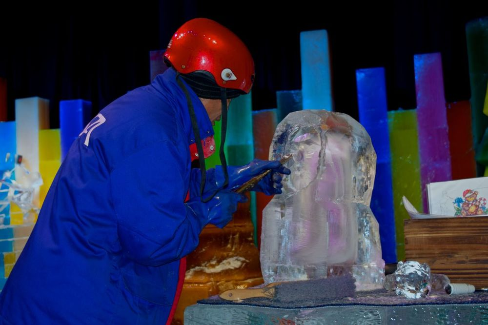 On this hot Florida Day, I am having fond memories of ICE last November... Oh, I wish I could findsomeplace and enjoy the cold right now... Faylord Palms Florida Life Ice ICE At The Gaylord Palms Ice Sculpture Ice Sculptures November 2015 Orlando Florida The Innovator - creating beauty out of ice The Mix Up People Together Uniqueness Break The Mold