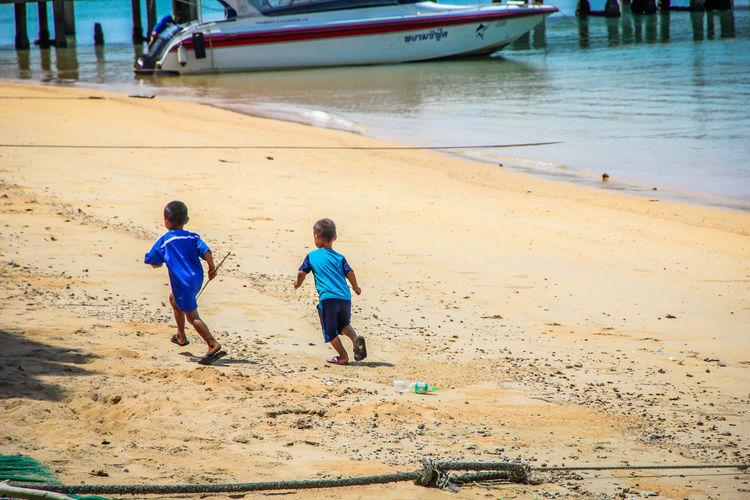 Running ทะเล ประเทศไทย ระนอง ท่องเที่ยวไทย ท่องเที่ยว เกาะพยาม หาดทราย เด็กน้อย เด็กวิ่งเล่น วิ่งเล่น วิถีชีวิตคนไทย วิถีชาวเล ชาวเกาะ เด็กชาย Islander Children Playing Running Lifestyle Kohphayam Ranong Thailand Sea Beach Sand Boys Walking Child