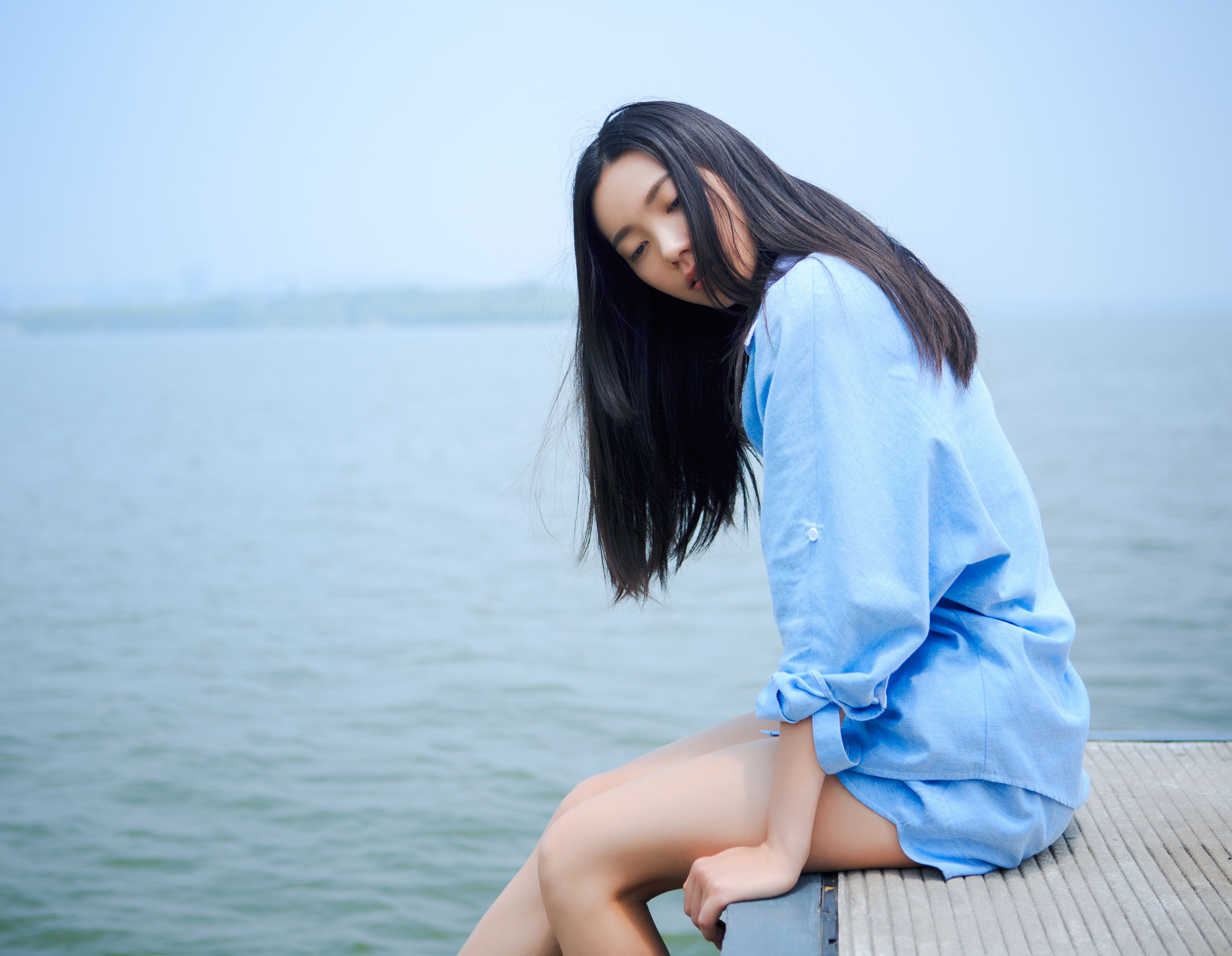 young adult, lifestyles, leisure activity, young women, water, person, sea, sunglasses, long hair, focus on foreground, casual clothing, three quarter length, portrait, front view, side view, looking at camera, sitting