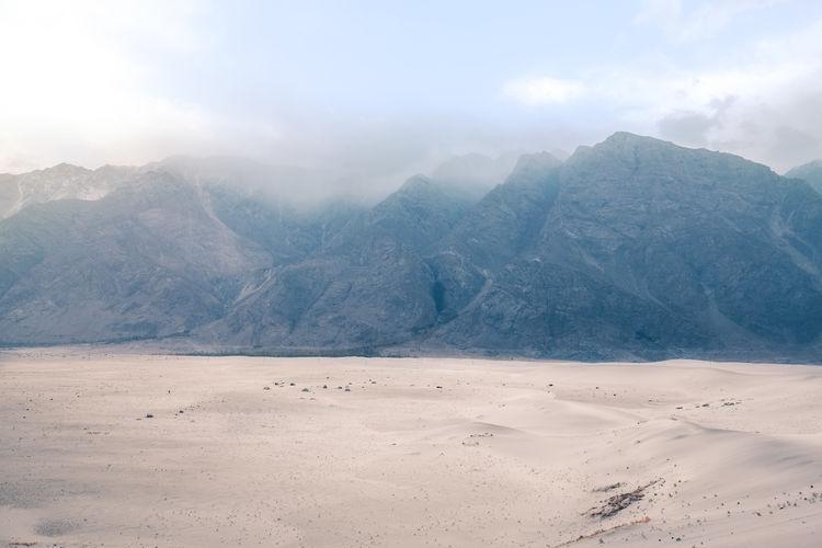 Misty karakoram mountain range at katpana cold desert, sarfaranga skardu. gilgit baltistan, pakistan