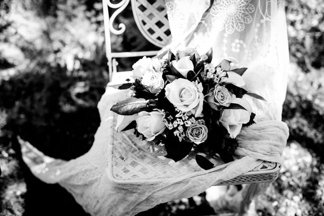 Noir Et Blanc Peach Flowers WeddingFlowers Beauty In Nature Blackandwhite Blackandwhiteflowers Blancoynegro Boda Bouquet Chiaroscuro  Fleurs Floras Gardenchair Lace Mariage Outside Peach Roses Weddingbouquet