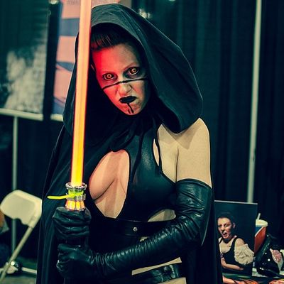 One awesome Sith . A sneek peek pic from the Phoenixcomiccon . Her eyes, wow... So very cool. Phoenixcomiccon2014 PHXCC pcc starwars thedarkside sithlord lightsaber 💥