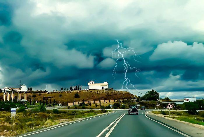 Trueno Raya Casa Carretera Nubes
