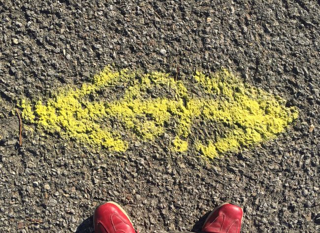 Way Decision HÉSITATION Choice Yellow Red Shoes Direction Asphalt Arrows