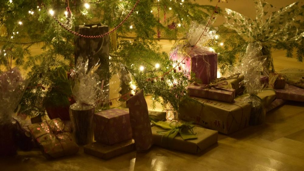 A peaceful merry christmas. Celebrate nice with your family :) Christmas Tree Presents Chrristmas EyeEm Nature Lover Winter Home Hanging Out