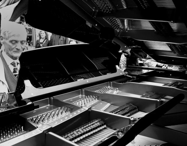 Pianos en la calle.Desde dentro.Tu hi toques? Streetphotography Blackandwhite Streetphoto_bw AMPt_community