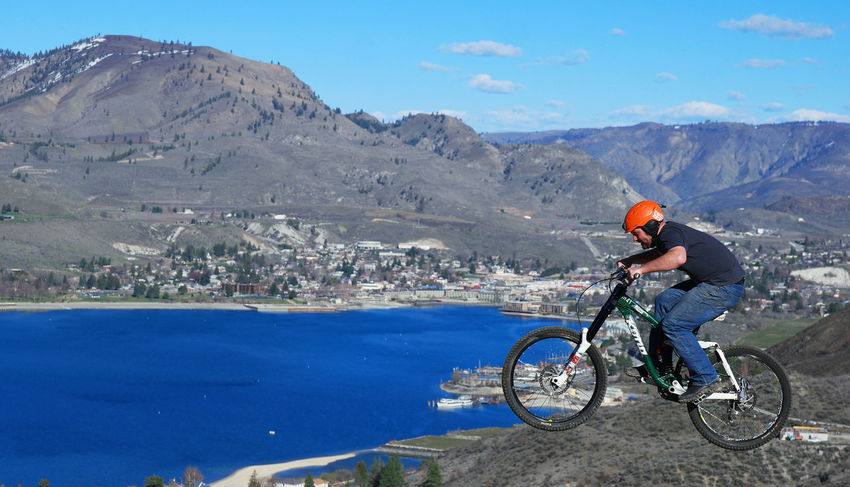 Beauty In Nature Bike Downhill Mount Full Length Lake Leisure Activity Lifestyles Men Mode Of Transport Mountain Mountain Biking Mountain Range Nature Scenics Transportation Water