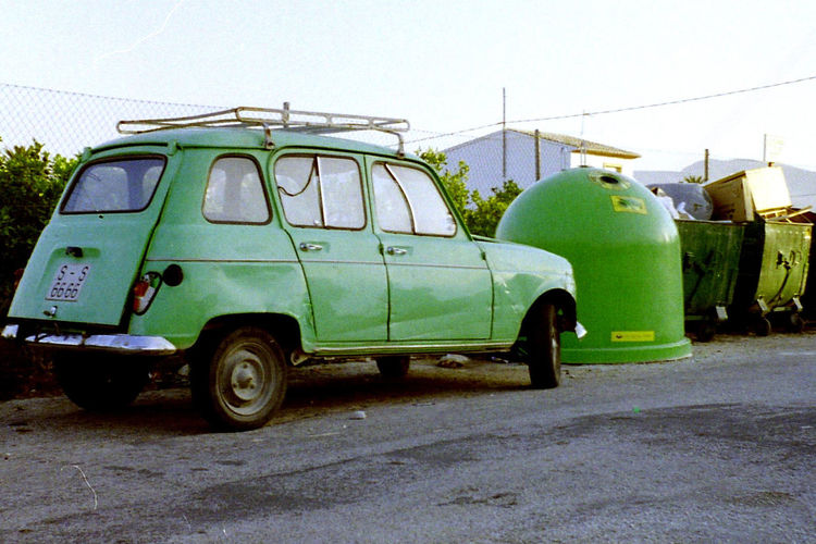 Autoportrait Car Damaged Green Green Green!  Old-fashioned Parked Renault 4