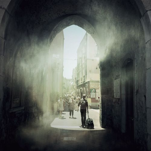 Sizilien Sizilia Taormina Old Town Old Buildings NEM Painterly Painterly Street Streetphotography Street Photography Streetview Street Life City View  Light And Shadow People Watching People Tourists