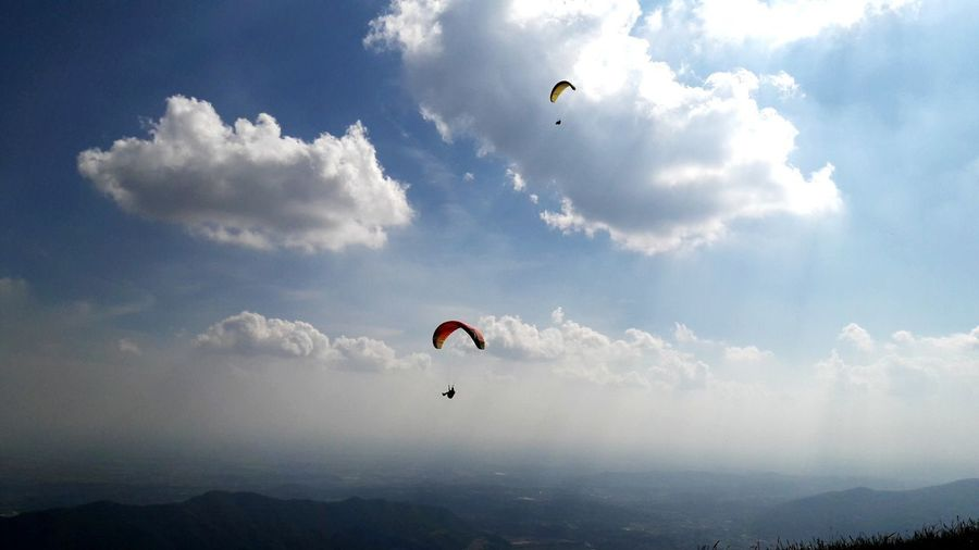 Parapendio Sunlight Sky And Clouds Sky Sun Kite Wind Paragliding Extreme Sports Flying Parachute Aerobatics Full Length Sport Mid-air Stunt Person Air Vehicle Fly Exhilaration Formation Flying