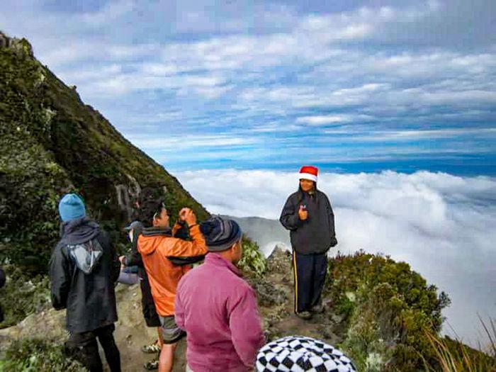 During pictorials at the summit of Mt. Apo. Makamingaw! :( Seaofclouds Nosunrise January3_5_2016 Philippinemountains 2954masl HighestPeakOfTheCountry Davaodelsur_northcotabato Mindanao Kapataganviakidapawantrail Itsmorefuninthephilippines
