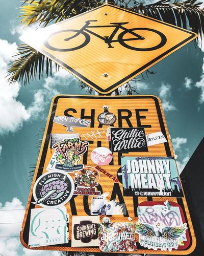 Share de Road - Share de Sign Propaganda Share Art Communication Text Sign Western Script No People Guidance Day Information Sign Outdoors Road Message Symbol Road Sign Information Directional Sign Stay Out