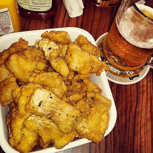 Isca de peixe e chopp heineken! Só faltou a praia! Almoçofavoravel Cadeapraia Chopp Heineken