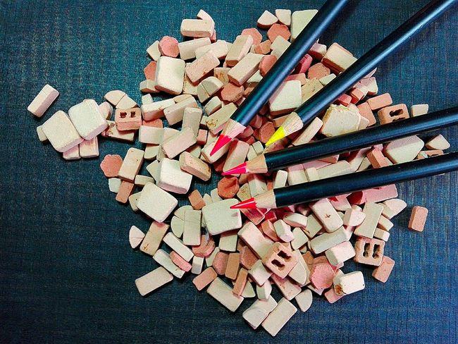 Matite rosse e giallo in minoranza su mattoncini di terracotta Matite Rosso Giallo Mattoncini Colorati Sfondo Pencils Red Yellow Bricks Colorful
