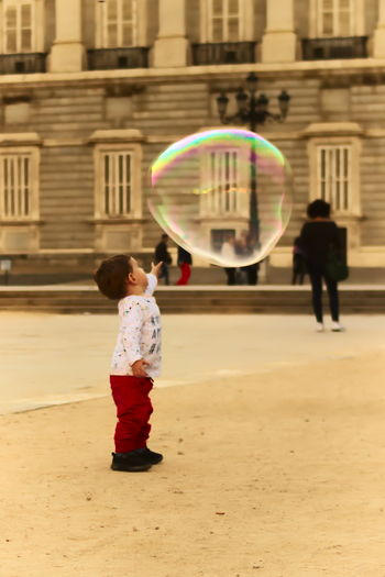 Burbujas, niño con burbujas Bubble Child Child With Bubbles Bubbles In The Sky Children Only One Person Childhood Fragility First Eyeem Photo
