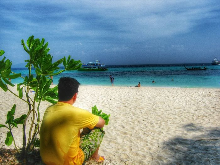 Sea Beach Horizon Over Water Person Rear View Sky Leisure Activity Vacations Lifestyles Water Scenics Tourist Tourism Cloud - Sky Sand Beauty In Nature Tranquil Scene Shore Casual Clothing Tranquility