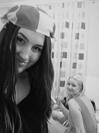 Här var vi inte helt 100 nykter och lite blöta efter ett nattbad, men framför allt var vi glada över våra nyfunna kompisar och min hemmagjorda hatt! Livet lekte 😜