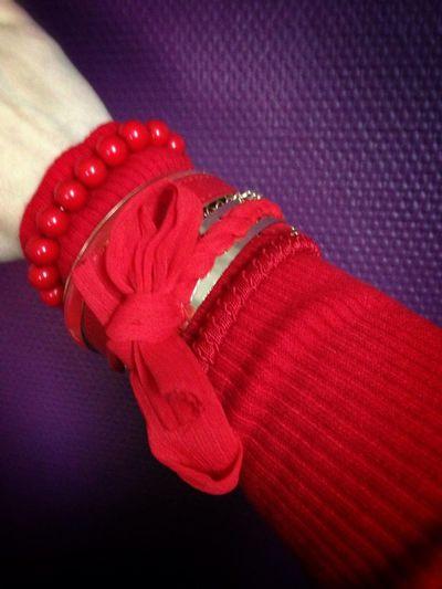 Bracelets Rouges Sur Robe Rouge