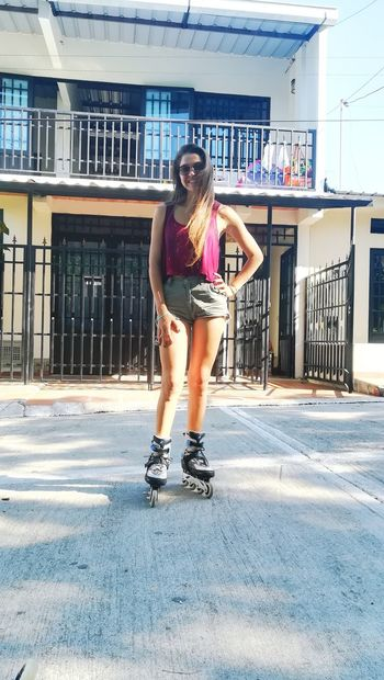 """""""Nos vamos en patines a la luna, porque a marte está complicado."""" Patinaje Libre Marte Luna One Person Full Length Only Women Casual Clothing One Woman Only Young Women Lifestyles Day Real People Beautiful Woman Women Young Adult Fashion Leisure Activity People"""
