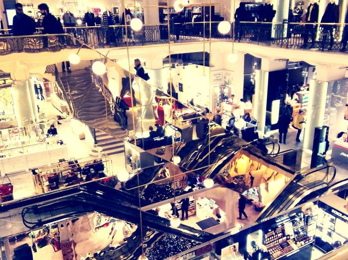 Centro Commerciale Rome Mall Modern Lifestyle Iron Gold Glass Vetrine Luci Lights Oro Shopping Time Shopping Center