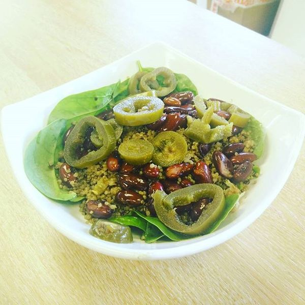 @pitt_training red and white quinoa, red kidney beans, spinach, jalapeños and balsamic vinegar.. Took about 5 minutes to prepare! Also, (approx) 15g of protein, 40/50 grams of carbs and low fat 👍 Vegan Lunch Simplefood Veganfoodshare Veganfood Fitfood Veganprotein Healthyfood Veganism Veggies Jalapeños