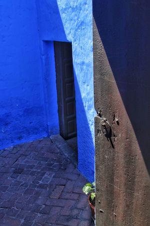 porta sul blu Peru Peruvian Streetphotography Street Colors Colorful Door Blue Frame Geometric Shape Geometry No People Day Architecture Built Structure