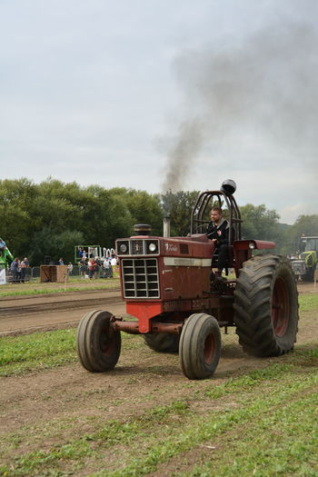 11.09.2016 Agricultural Machinery Agriculture Agriculture Agriculture Photography Cloud - Sky Day Farm Land Vehicle Mode Of Transport Motor Vehicle Old-fashioned Outdoors Rural Scene Semi-truck Sky Tractor Transportation Tree Wheel