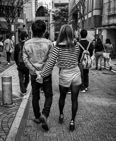 Handy Japan Japanese  Streetphotography Monochrome Blackandwhite Couple Love Holding Hands FujiX100T Cool Japan