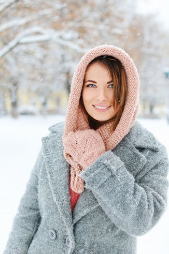 Blue Eyes Warm Clothing Young Women Portrait Beautiful Woman Snow Smiling Cold Temperature Women Beauty Winter Iris - Eye Natural Beauty Eye Color Snowing Mitten Hood - Clothing Hazel Eyes  Coat Hooded Shirt Winter Coat Snowflake Overcoat Ceremonial Make-up Eyelash Turtleneck Eyeball Siamese Cat