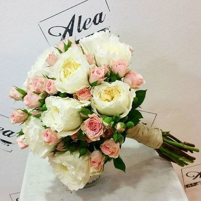Bouquet de novia de Antía. Bridal Bouquet by Alea with @david_austin_roses. In love with english roses. Luxuryweddings Luxuryflowers Alea Bridalbouquet RamoDeNovia Sposa Bouquet Novia Novias Blanco Bride Rosas Smart Davidaustinroses Bouquetsposa Vigo SPAIN Galifornia Instavigo Lovemyjob
