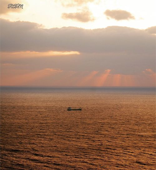 天使の梯子 天使の梯子 夕焼け 船 空 海 水平線 Sea Sunset Beauty In Nature Sky Scenics Tranquility Tranquil Scene Nature Water No People Outdoors Horizon Over Water Nautical Vessel Cloud - Sky Day