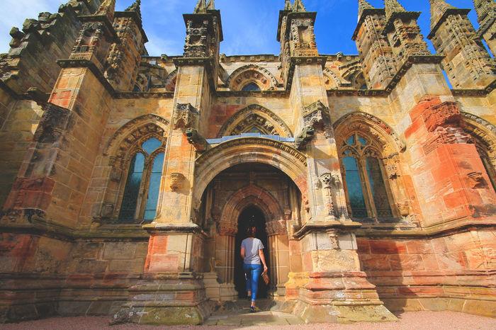 Más enigmática que la Capilla Rosalyn sobre la que escribía Dan Brown. Dan Brown Enigma History Mystery Religion Rosslyn Chapel Scotland Sister What Who Where Chance Encounters
