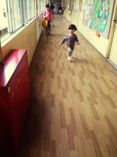 子供 学校 廊下 広いから走り回る…廊下は走ったらいけません