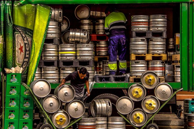 Cerveza Street Photography Streetphotography Street Vert Bière Cerveza Beer Adult Two People Music People Business Men Occupation Working Multi Colored The Street Photographer - 2018 EyeEm Awards The Street Photographer - 2018 EyeEm Awards Exploring Fun