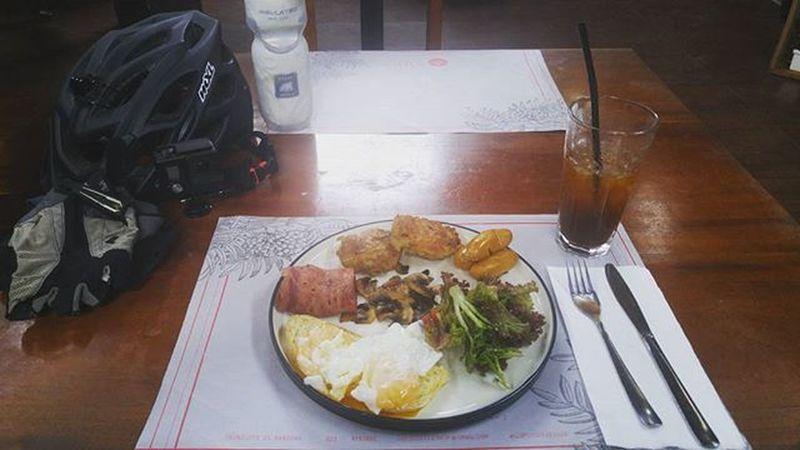 Breakfast for Champion Breakfast Breaky Polarbottle Mérida Gopro Gopro3plus Goproblackedition Val  2016 LG  G4 LGG4 Egg . Bacon Sausage Salad Hashbrown Mushrooms Bread