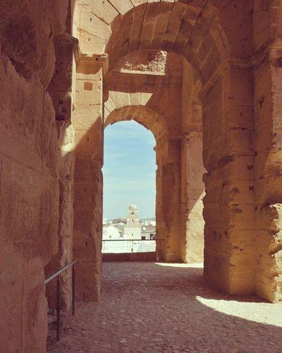 Tunisia IgersTunisia Coliseum Arch Sun El_jem Mahdia Carthagina Mosque Minaret هذه أقواس كبيرة :) ترى منها جامع عقبة متاع الجم :p