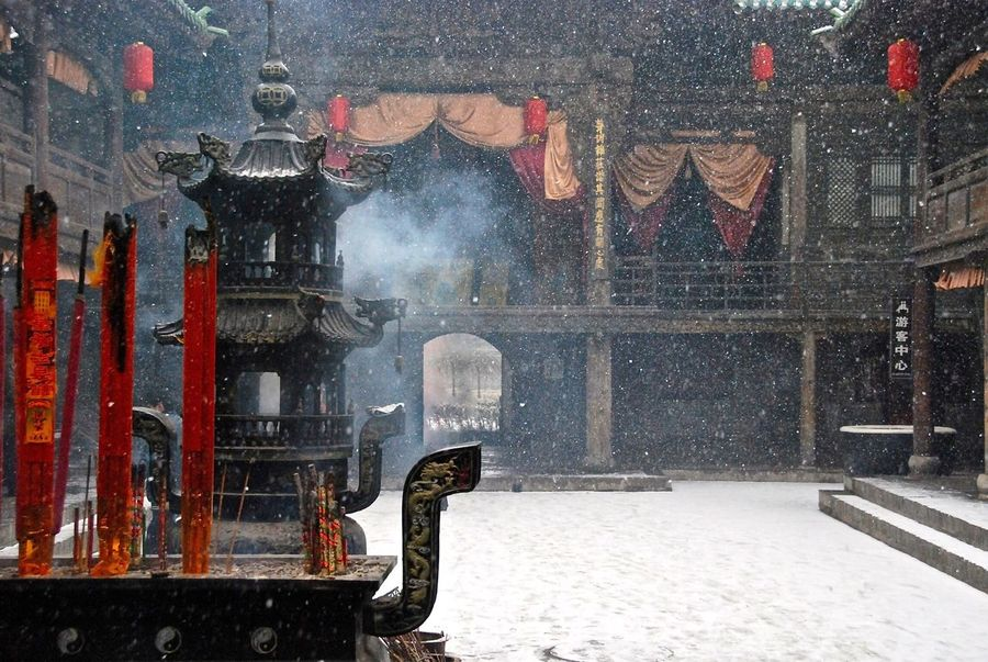Bouddhisme Nikon Nikonphotographer Red Religious Place Temple Snow Day China Photos China Culture Smoke Pingyao China Encens Feel The Journey Shades Of Winter Adventures In The City