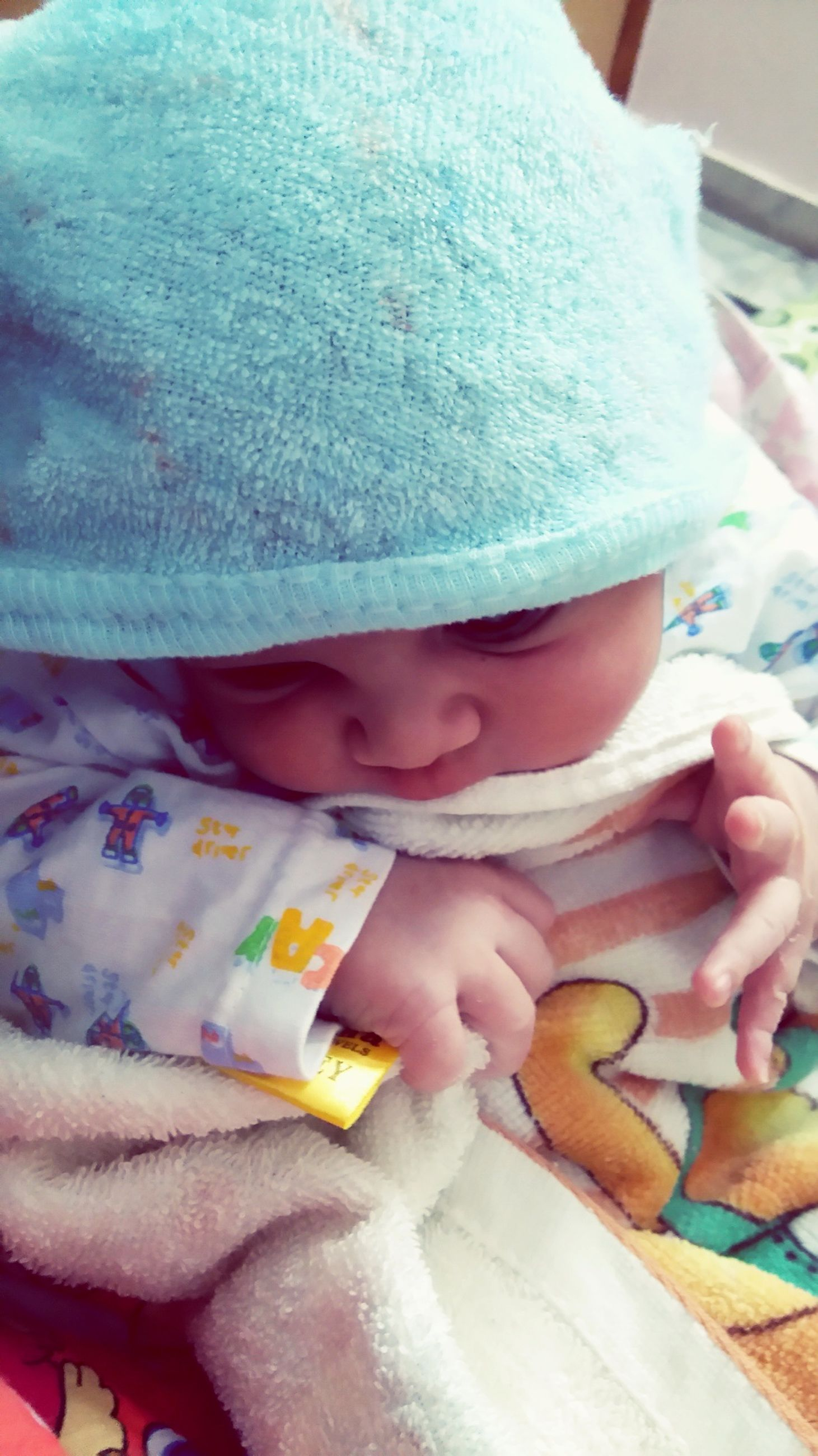 baby, babyhood, one person, indoors, real people, childhood, newborn, babies only, close-up, day, human hand, people