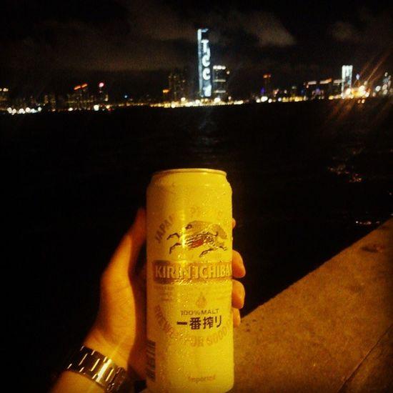 (酒後9upper) 住在西區,快樂可以很相宜 因為可以隨時隨地到海傍散步,沿岸美景盡收眼簾之餘亦可感受海風的清涼 心血來潮時,亦可拿著啤酒對海暢飲,何等快活! 不過放心,一罐麒麟灌唔醉我,更唔會令我做傻事 Hkig 2015  Saiwan 西環海傍 西環變幻時 西環 beer kirin 麒麟 啤酒