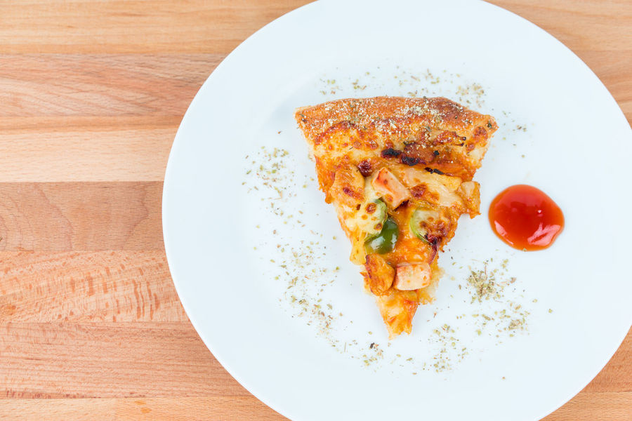 pizza trio chicken and oregano sprinkle, served in white plate wood background Delicious Food Food And Drink Italian Italian Food Italian Restaurant JUNKFOOD Pizza Ready-to-eat Tomato Sauce Unhealthy Eating White Dish Wood Plates