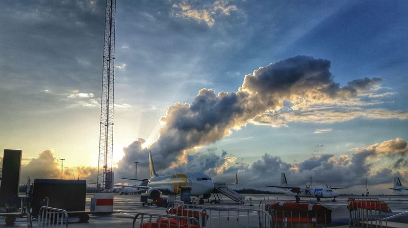 Airport Catching A Flight Airportphotography Plane Clouds Outdoors Outside Sky Sweden Sky And Clouds Photography Showcase June Samsungphotography The Sky Has No Limit... Comercial Airline Gothenburg Hello World