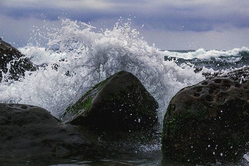 ⛅ 在朋友裡 有些人像海浪 有些人像石頭 虛張聲勢 花言巧語 似乎能夠蓋過石頭的一切 其實到最後不變 不會消失的還是石頭 海浪反而會洗淨石頭~ 讓石頭更明亮 但也會因為海浪不停的出現 讓石頭漸漸退縮... 浪 石頭