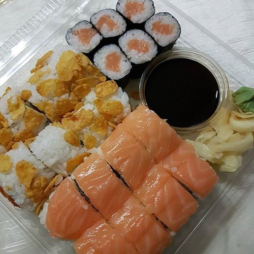 Sushi könnte ich eigentlich täglich essen! Besonders mit viel Lachs und Tempuraflocken. 😍 Die Portion habe ich natürlich nicht allein gegessen, das wäre mir dann doch zu viel 😅 Lachs Tempura Insideout Sushi Maki Sojasauce Gesundleben Gesund Gesundessen Gesundundlecker Kalorienzählen Abnehmen2016 Abnehmendurchkalorienzaehlen Abnehmen Abnehmenohnezuhungern Lecker Foodpic Foodlover Foodporn Diättagebuch Healthy